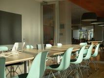 Modern kontorsmötesrum Genomskinliga väggar och avancerad confe royaltyfri bild