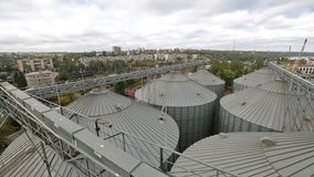 Modern korrel eindpanorama Metaaltanks van lift Korrel-drogende complexe bouw Commercieel korrel of zaad stock videobeelden