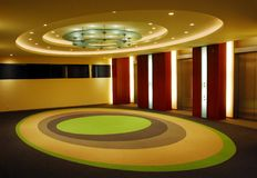 Modern korridor med äggformad design av taket och golvet royaltyfria bilder