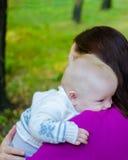 Modern kramar henne behandla som ett barn i parkera Royaltyfri Foto