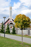 Modern kristen kyrka i Slovakien i solsken arkivbilder