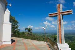Modern kruis die de vallei van Cibao naast de Kerk van Onze Dame van Mercedes in Santo Cerro, Dominicaanse Republiek overzien Royalty-vrije Stock Foto