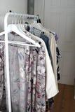 Modern kugge för vit metall av kläder i modern lägenhet Arkivfoto