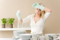 modern kvinna för frustrerat kök arkivfoto