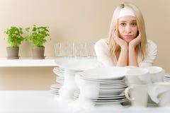 modern kvinna för frustrerat kök arkivbild