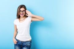Modern kvinna med exponeringsglas på blått Arkivfoto