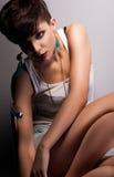 Modern kvinna med kort frisyregennamnsammanträde Arkivfoton