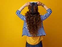 Modern kvinna mot gul bakgrund i VR-exponeringsglas Royaltyfria Bilder