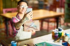 Modern kvinnlig konstnär Taking Selfie Royaltyfri Foto