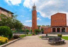 Modern kyrka på stadfyrkant i album Arkivfoton
