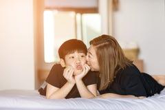 Modern kysser hennes son i sovrum Royaltyfri Fotografi