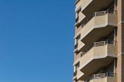 Modern lägenhet, hotellbyggnad på bakgrund för blå himmel från wor Royaltyfria Foton