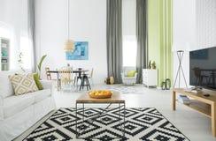 Modern lägenhet med den wood tabellen arkivbilder