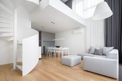 Modern lägenhet med spiraltrappuppgången arkivfoto