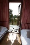 Modern lägenhet, tomt sovrum med två enkla sängar royaltyfria foton