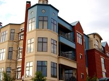 modern lägenhetskomplex Royaltyfria Bilder