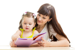 Modern läser en bok till hennes unge arkivbilder