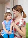 Modern läxer upp henne barnet Royaltyfri Fotografi