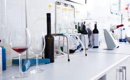 Modern laboratorium van wijnmakerij Het controleren van zuurheid van wijn en organo stock fotografie