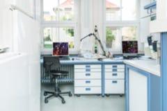 Modern laboratoriuminre ut ur fokus Arkivbilder