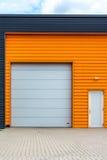 Modern lageringång med apelsinframdelen Royaltyfria Bilder