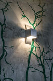Modern lampa på den träd målade väggen Arkivfoton
