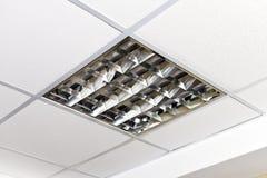Modern lampa på taket av kontoret royaltyfria foton