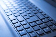 Modern laptop toetsenbord in het zonlicht Stock Afbeeldingen