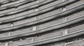 Modern linje för bostads- byggnad mönstrad yttersida arkivbilder