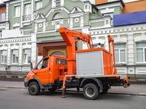 Modern, liten ljus orange flyg- tillträdesplattform bredvid ett högt fotografering för bildbyråer