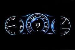 Modern ljus bilmilkostnad på svart bakgrund 70 mph Fotografering för Bildbyråer