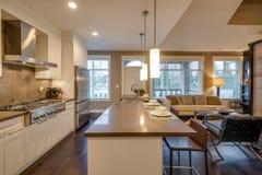 Modern ljus kök- och vardagsruminre Royaltyfria Foton