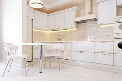 Modern, ljus ren kökinre i ett lyxigt hus Inredesign med klassiker- eller tappningbeståndsdelar praktiskt Royaltyfri Foto