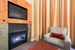 Modern ljus vardagsrum med en spis Arkivbild