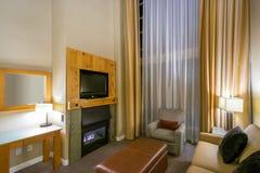 Modern ljus vardagsrum med en spis Arkivfoton