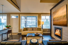 Modern ljus vardagsrum med en spis Royaltyfri Foto