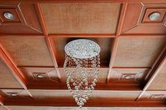 Modern ljuskrona på härlig takbambuväv Royaltyfria Foton