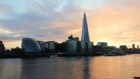 Modern London cityscapesolnedgång arkivfilmer