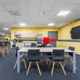 Modern lunchroominre med pentryt fotografering för bildbyråer