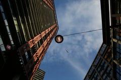 Modern lykta för blå himmel för byggnad Royaltyfri Bild