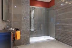 Modern lyxig badrum Fotografering för Bildbyråer