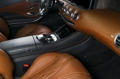 Modern lyxig bil inom Inre av den moderna bilen för prestige Bekväma läderplatser Apelsin perforerad lädercockpit styrning Royaltyfria Foton