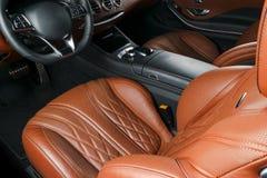 Modern lyxig bil inom Inre av den moderna bilen för prestige Bekväma läderplatser Apelsin perforerad lädercockpit styrning Fotografering för Bildbyråer