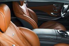 Modern lyxig bil inom Inre av den moderna bilen för prestige Bekväma läderplatser Apelsin perforerad lädercockpit styrning Arkivbild