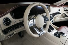 Modern lyxig bil inom Inre av den moderna bilen för prestige Bekväma läderplatser Röd och vit perforerad lädercockpit Royaltyfri Bild