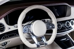 Modern lyxig bil inom Inre av den moderna bilen för prestige Bekväma läderplatser Röd och vit perforerad lädercockpit Royaltyfria Bilder