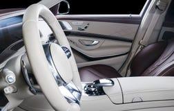 Modern lyxig bil inom Inre av den moderna bilen för prestige Bekväma läderplatser Röd och vit perforerad lädercockpit Royaltyfri Foto