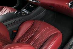 Modern lyxig bil inom Inre av den moderna bilen för prestige Bekväma läderplatser Röd perforerad lädercockpit styrning Fotografering för Bildbyråer