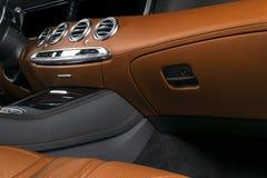 Modern lyxig bil inom Inre av den moderna bilen för prestige ComfoModern lyxig bil inom Inre av den moderna bilen för prestige ko Arkivbilder