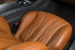 Modern lyxig bil inom Inre av den moderna bilen för prestige ComfoModern lyxig bil inom Inre av den moderna bilen för prestige ko Royaltyfria Bilder